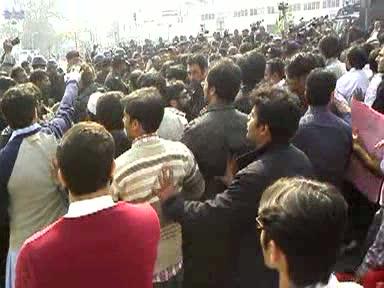 ویڈیو: پر امن ینگ ڈاکٹرز پر پنجاب پولیس کا وحشیانہ تشدد، یہ کیسی جمہوریت ہے؟