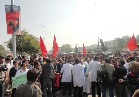 مفت علاج کے لیے ینگ ڈاکٹرز کی عظیم الشان احتجاجی ریلی اور دھرنا