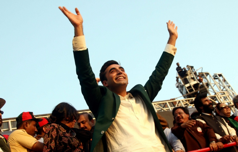 epa04452331 Bilawal Bhutto Zardari, chairman of main opposition party Pakistan Peoples Party speaks to supporters during a rally in Karachi, Pakistan, 18 October 2014. Bilawal Bhutto Zardari, on 18 October launched his political career with the first publ