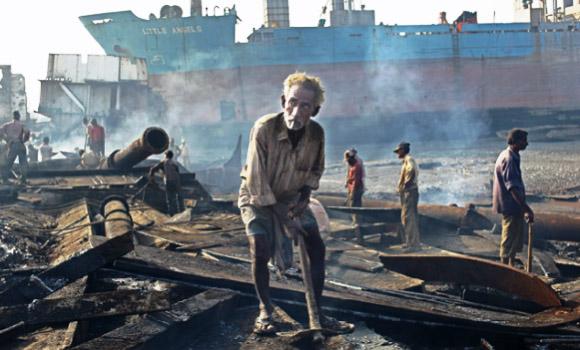 گڈانی شپ بریکنگ یارڈ: ہر لمحہ زہر بھری فضا میں گھلتی زندگی