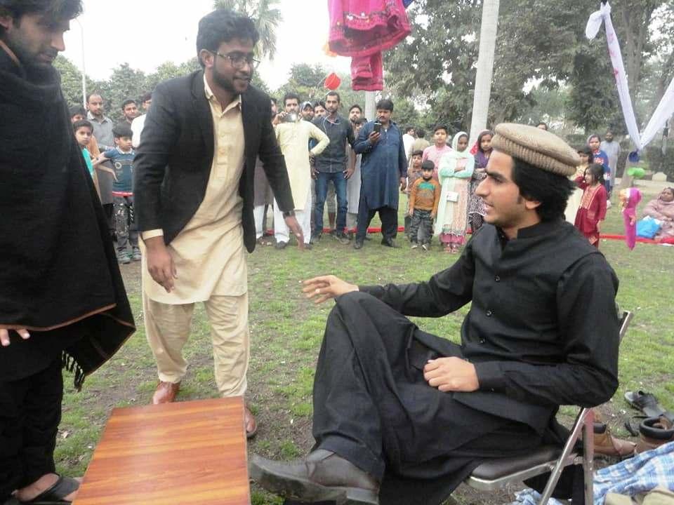 فیصل آباد: انقلابی طلبہ محاذ (RSF) کے کلچرل ونگ 'رنگداری' کی جانب سے پہلے سٹریٹ تھیٹر کا انعقاد